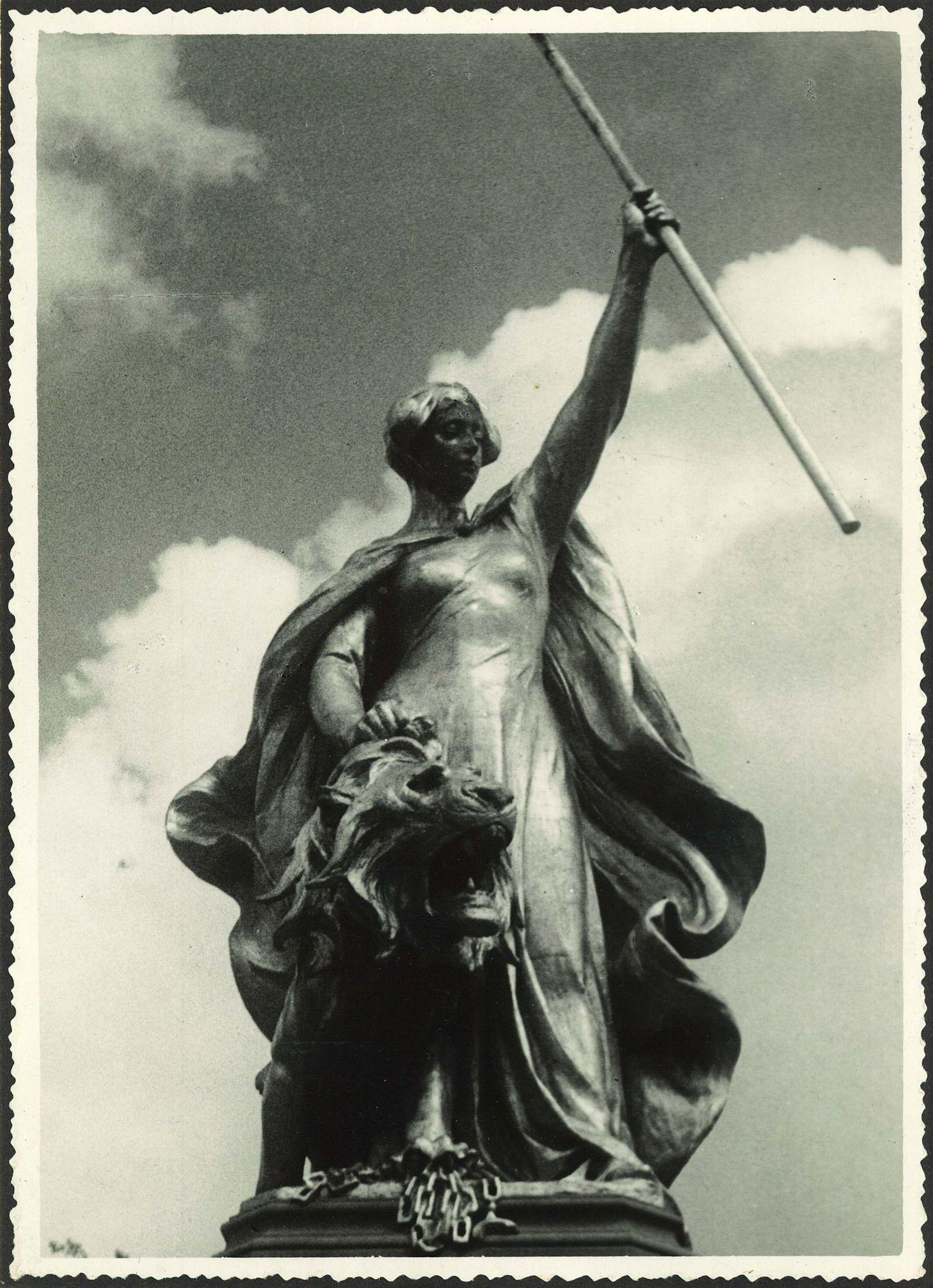 """Groeningemonument """"De Maagd van Vlaanderen"""" 1952"""