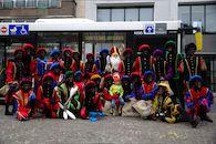 Groepsfoto Sinterklaas en zwarte Pieten