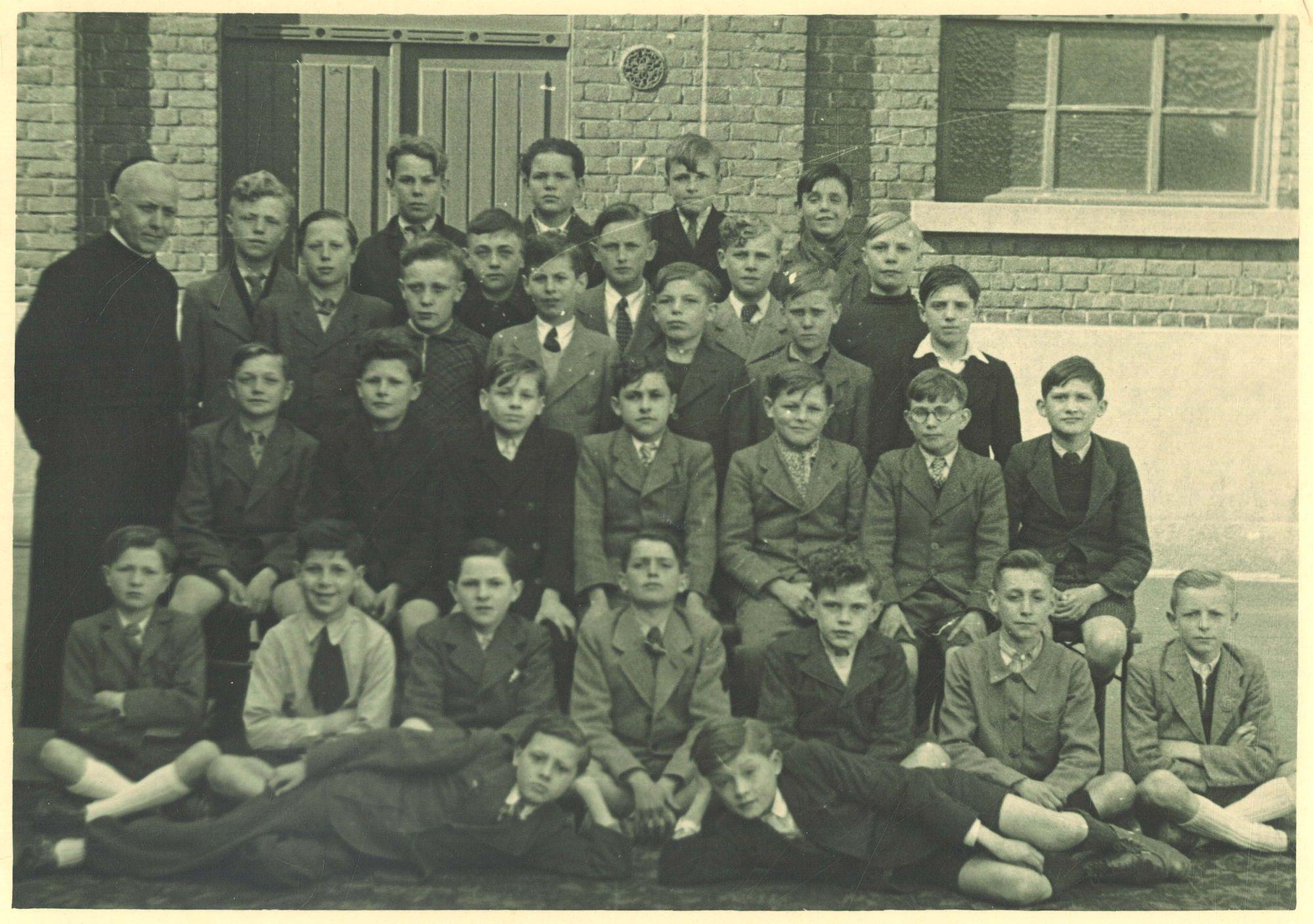 Klasfoto 6e leerjaar 1945-46, Broederschool Overleie
