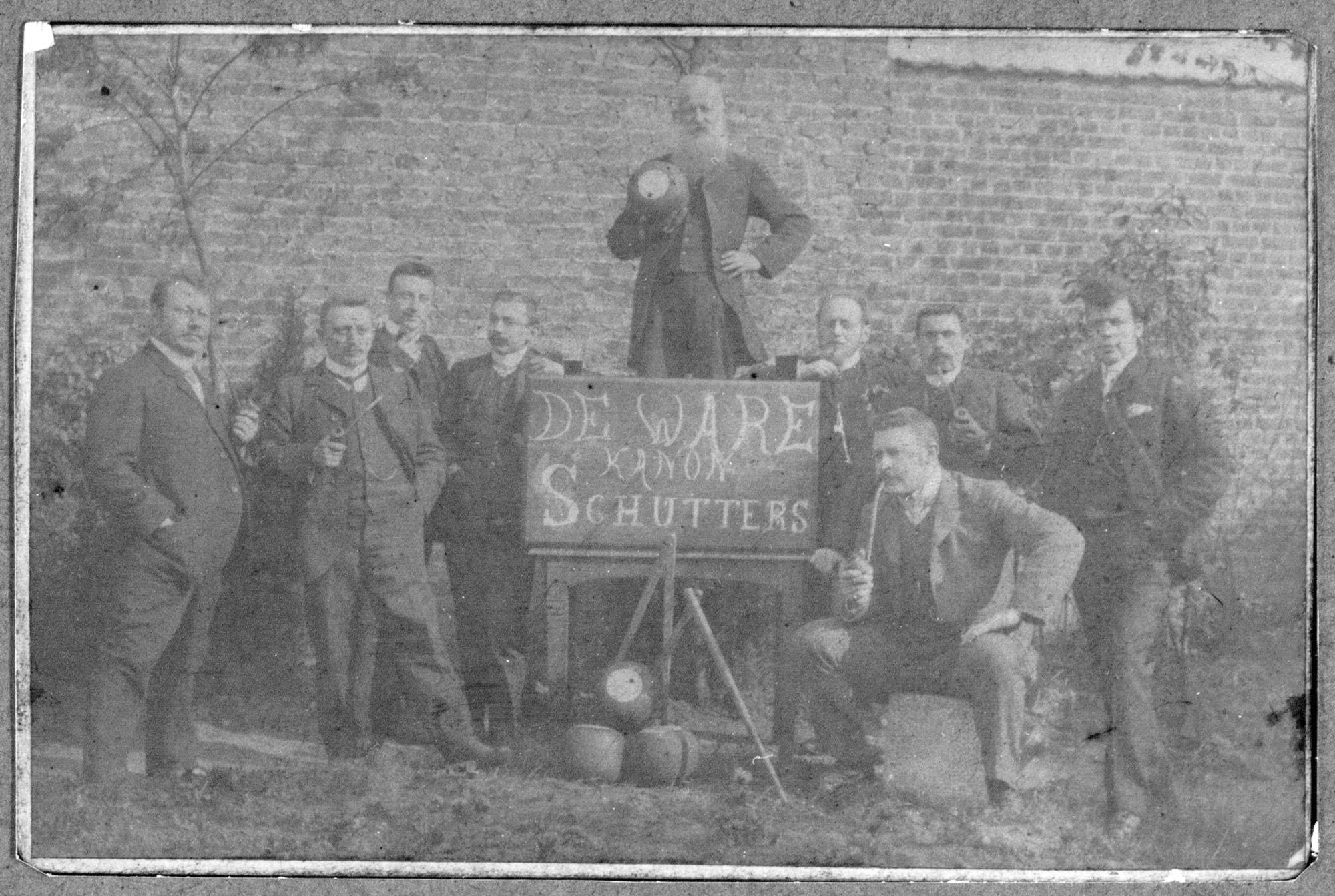 trabolspelers in de herberg Het Kanon, midden met de bal dhr. Baelde_ca. 1905