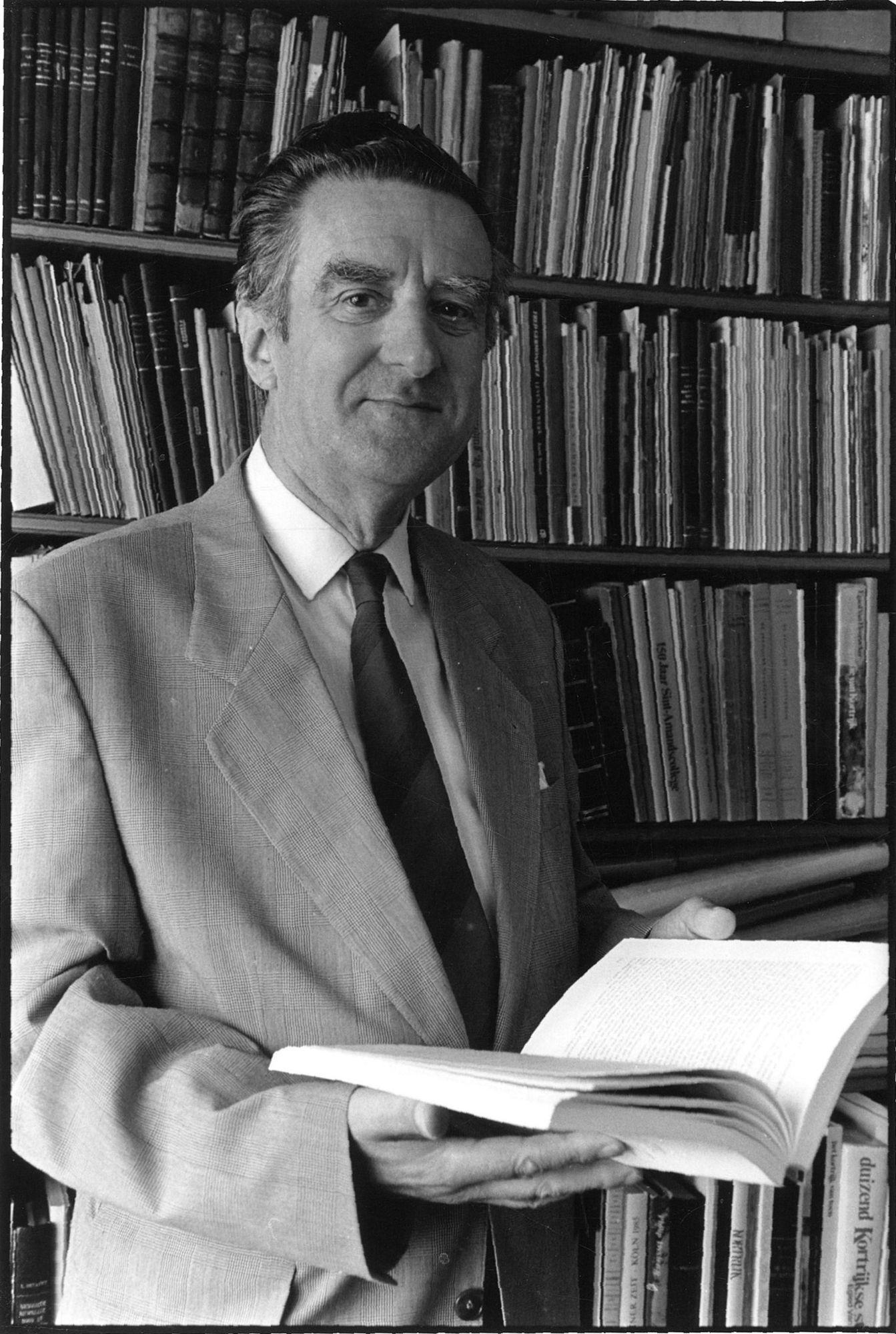 Paul Debrabandere in zijn biblioteek