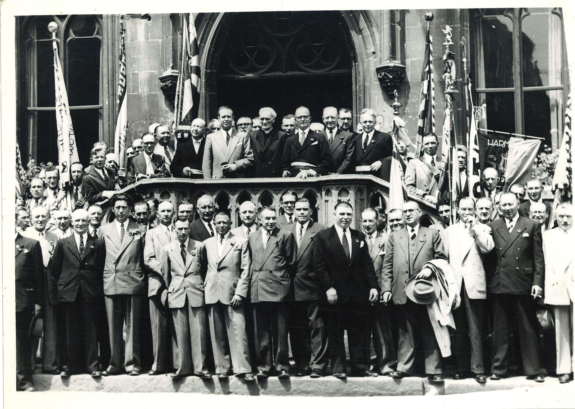 Groepsfoto met burgemeester Coussens voor het stadhuis