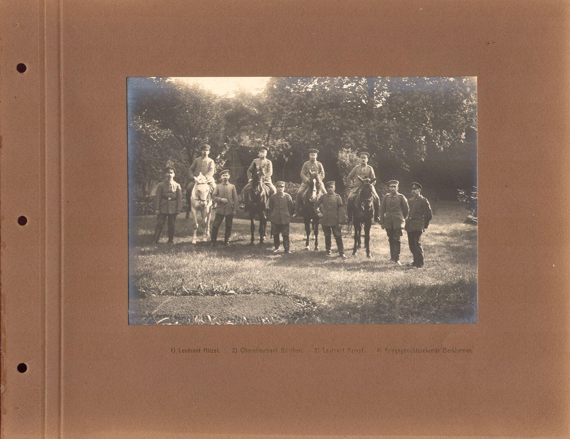 De Duitse officieren Leutnant Hirzel, Oberstleutnant Günther, Leutnant Kampf en krijgsgerechtssecretaris Berkhemer, te paard met persoonlijke adjudanten
