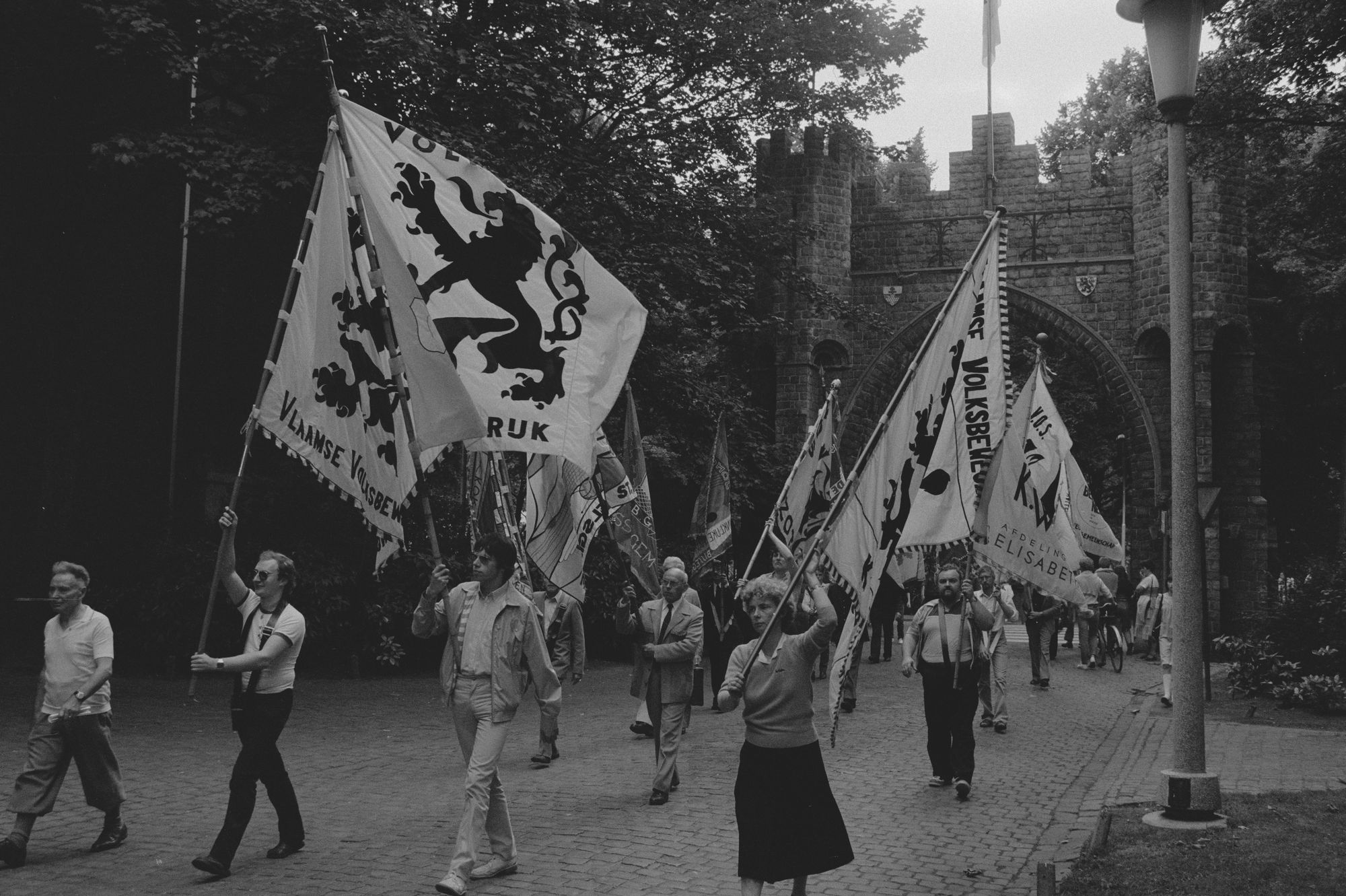 Vlaggendragers in de optocht tijdens de 11 juliviering 1982