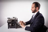 Man achter typmachine