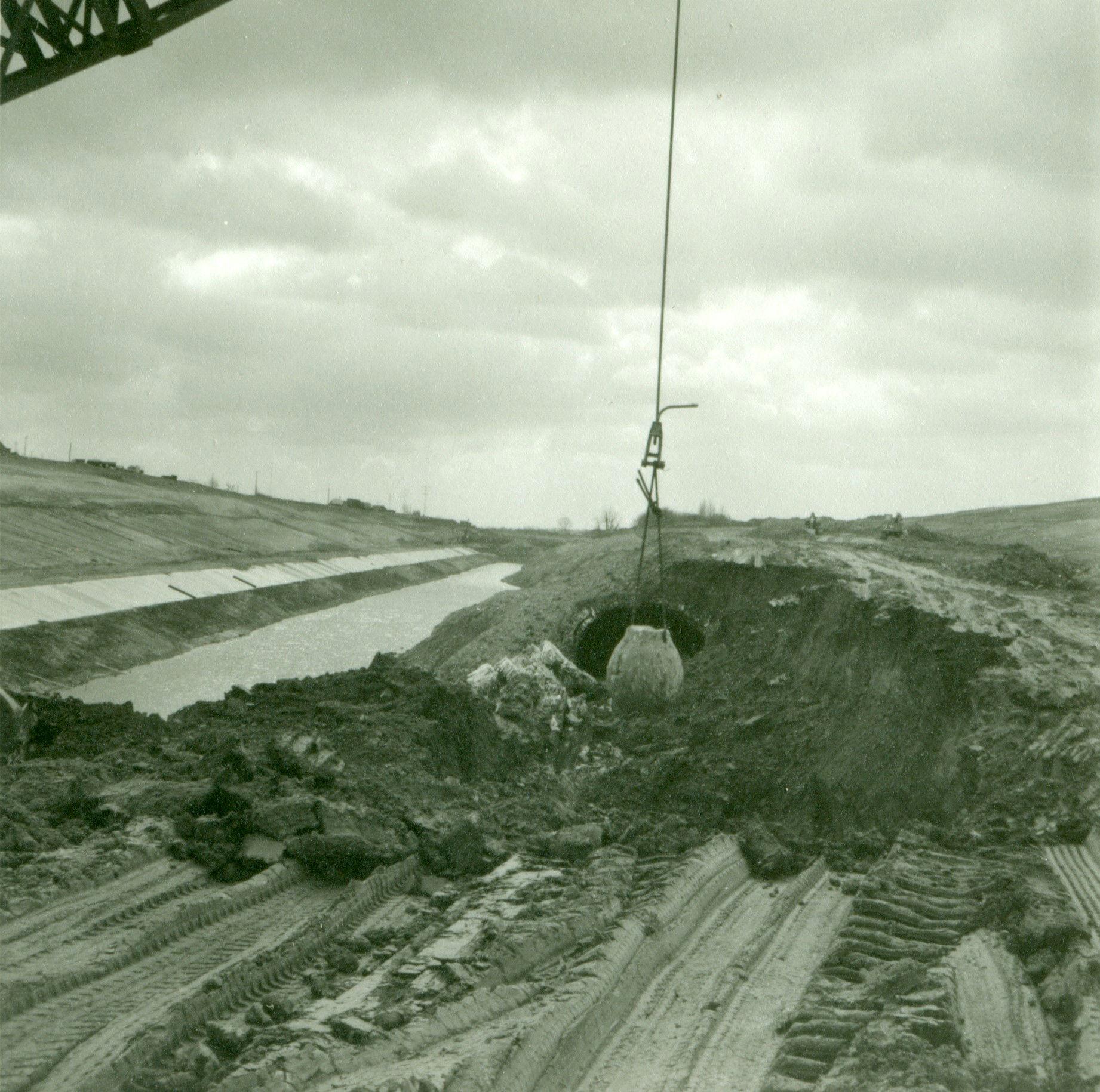 Afbraak van de tunnel op het kanaal Bossuit-Kortrijk in Moen 1970-1973