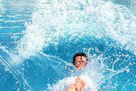 Jongen in zwembad