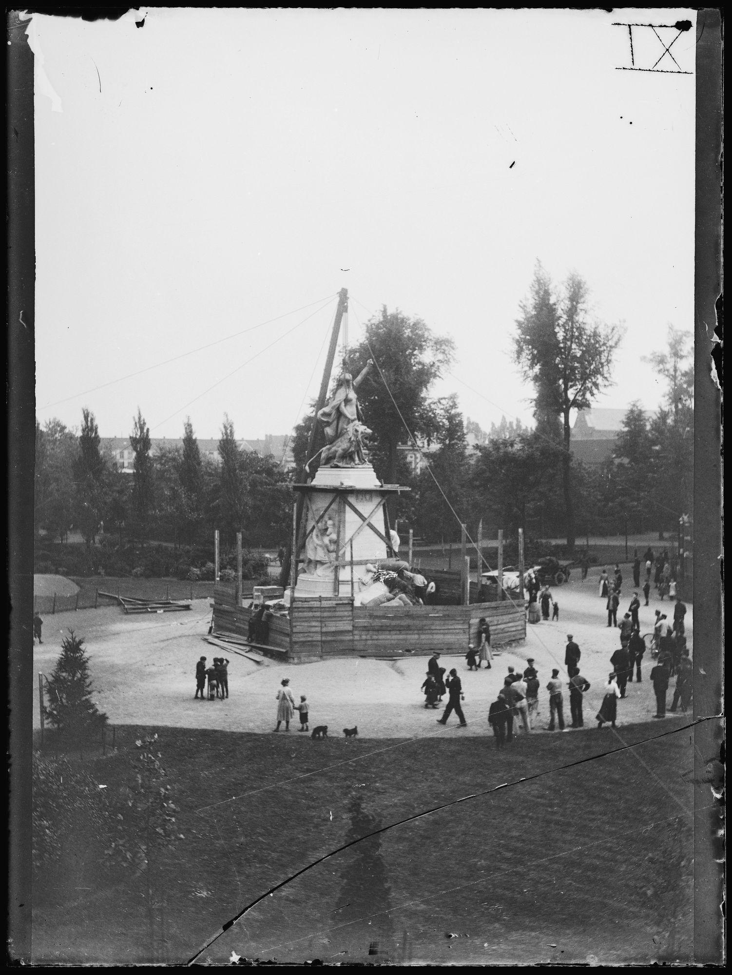 Het plaatsen van het Groeningemonument in 1906