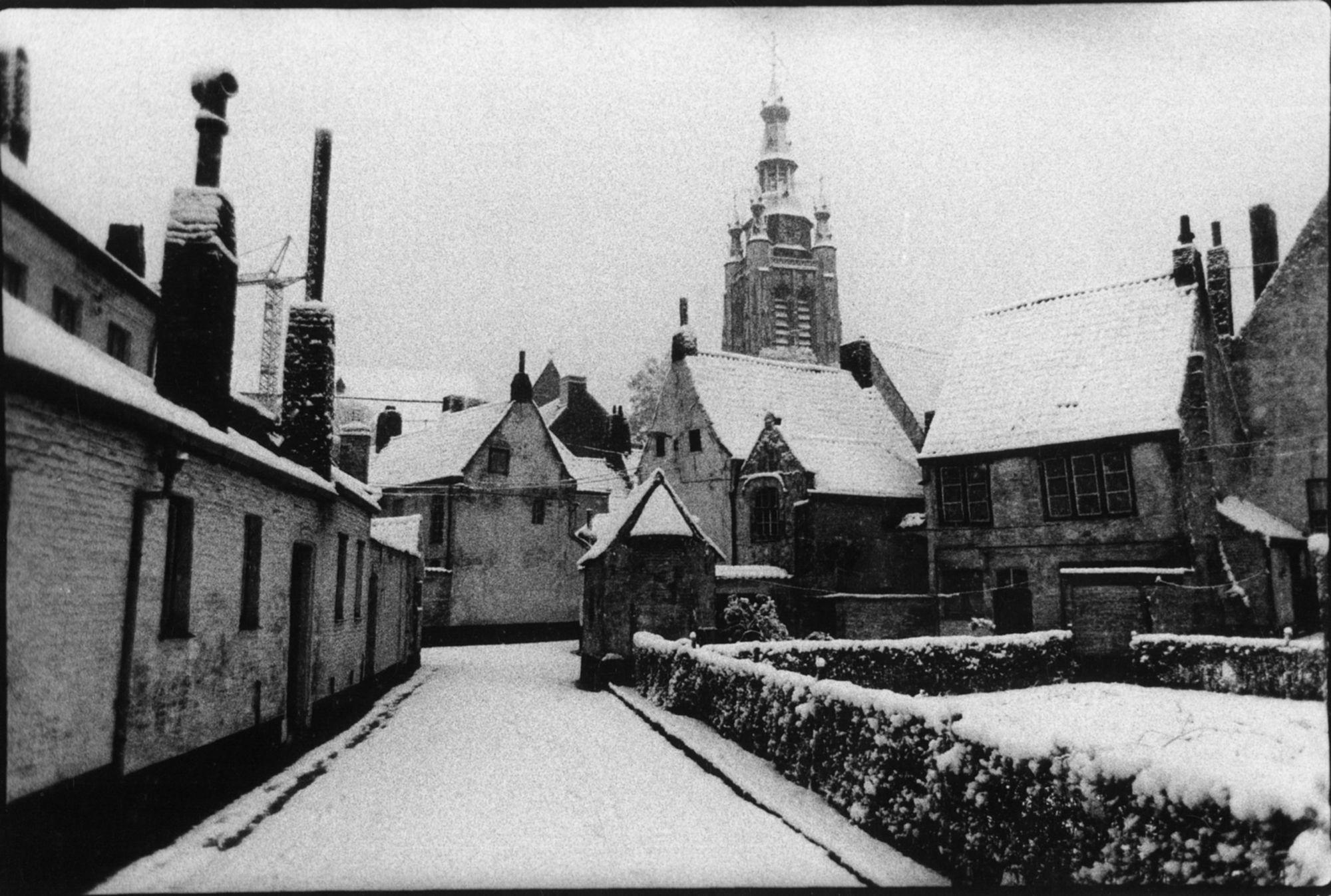 Begijnhof met het Kapelletje Onze-Lieve-Vrouw ter Sneeuw
