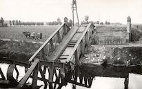 Vernielde spoorwegbrug over het Kanaal Bossuit-Kortrijk  in Moen 1940