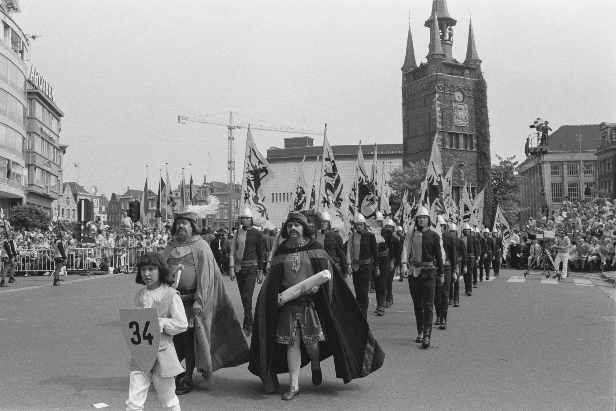 Optocht tijdens de 11 juliviering 1982, vlaggendragers